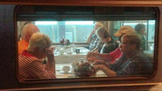 """图一:""""加拿大人号""""观光列车上享受人生的银发一族.jpg"""