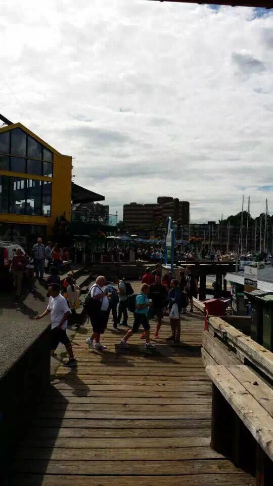 图三:背包客老太在Granville Island码头上健步如飞.jpg